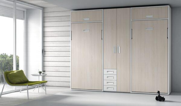 Dormitorio con dos literas abatibles verticales y armario en el centro