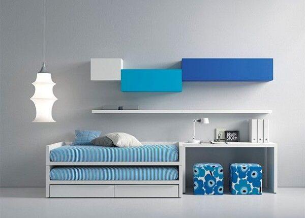 dormitorio con cama compacta blanca,escritorio y módulos colgados
