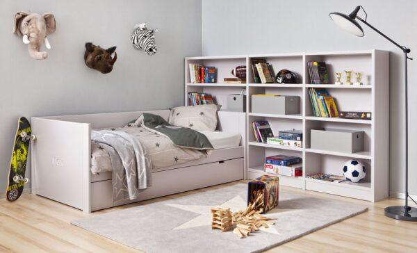 Dormitorio con estanterías gris